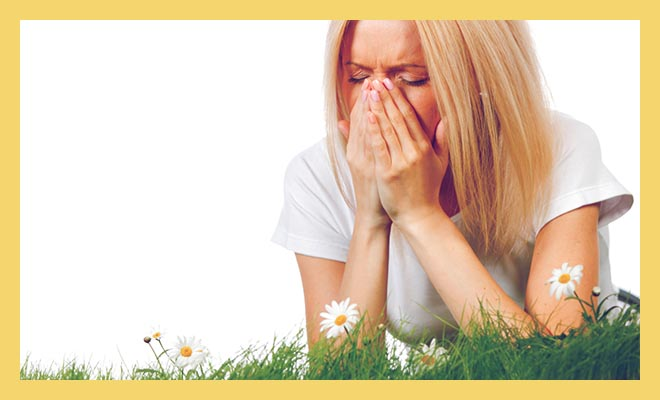 девушка на траве чихает