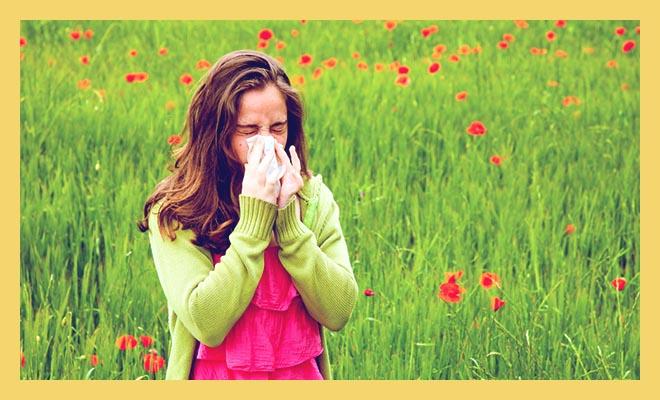 девушка в цветах чихает